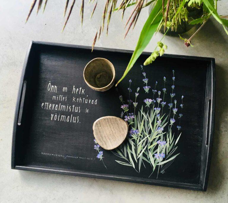 taimedega suvise heinamaaga käsitsi maalitud puidust kandik