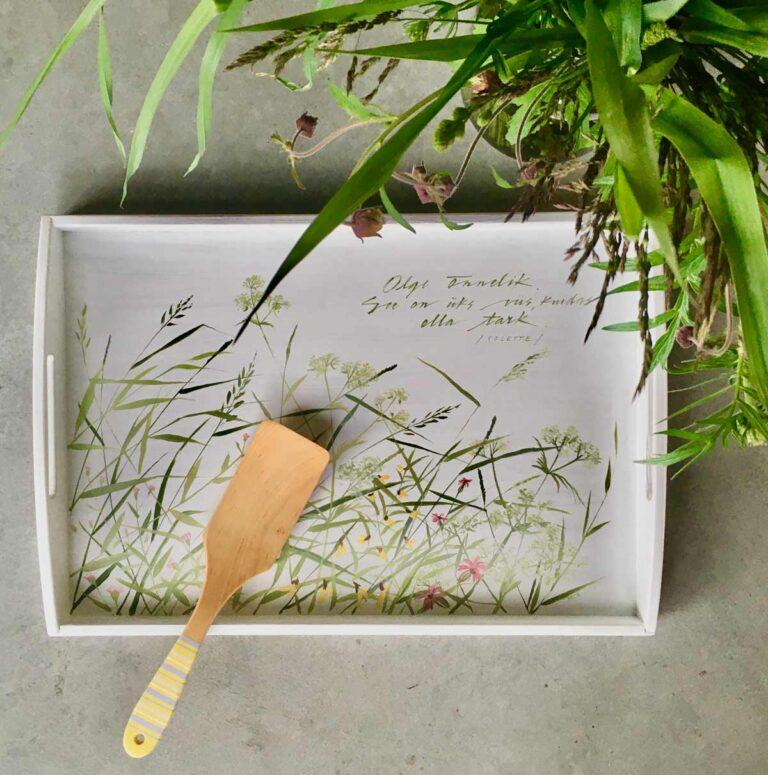 suvise heinamaaga käsitsi maalitud puidust kandik