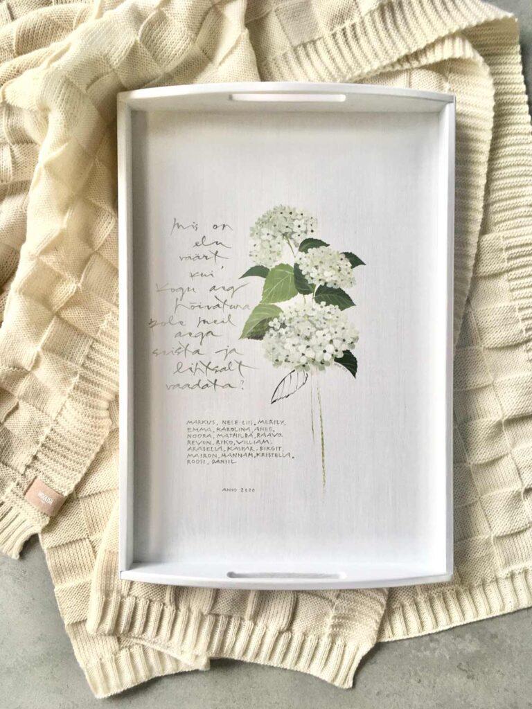 Hortensiaga käsitsi maalitud puidust kandik