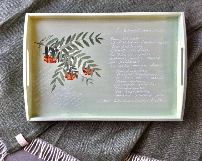 Pihlakatega käsitsi maalitud puidust kandik