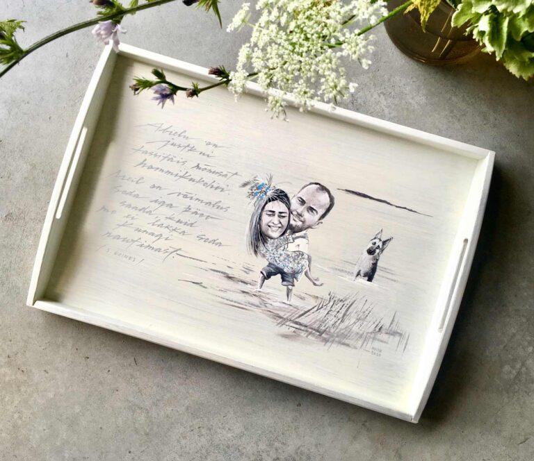 pruutpaari pildi järgi käsitsi maalitud puidust kandik