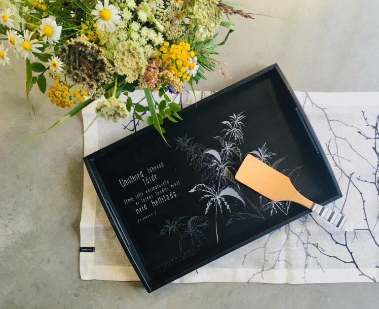 taimemotiiviga käsitsi maalitud puidust kandik