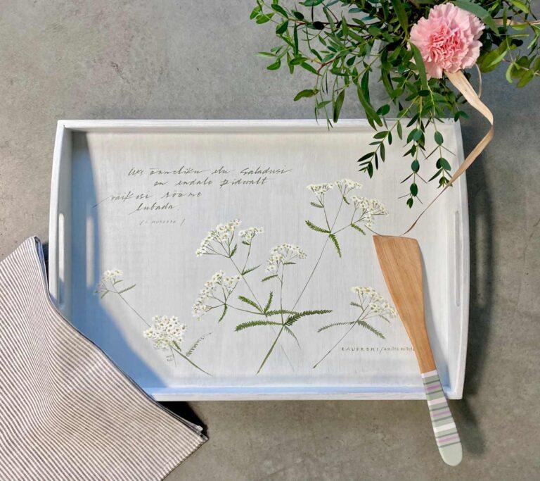 Valge raudrohuga käsitsi maalitud puidust kandik pannilabidas ja linane köögirätik