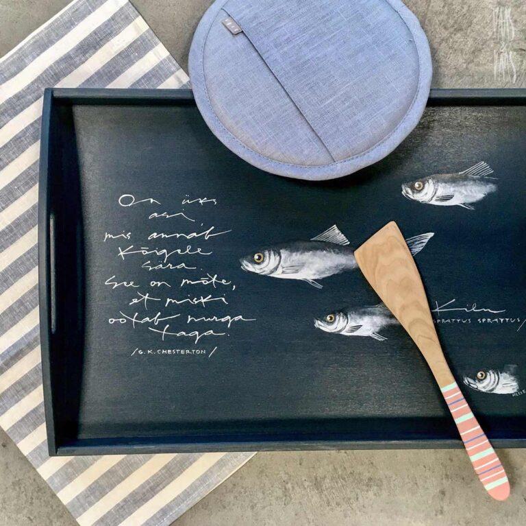 kalaga käsitsi maalitud puidust kandik
