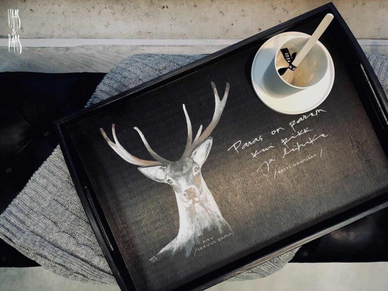 Hirve pildiga must käsitsi maalitud puidust kandik