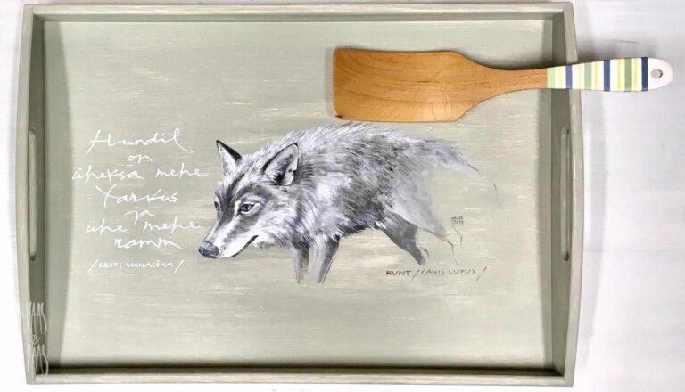 hundiga käsitsi maalitud puidust kandik