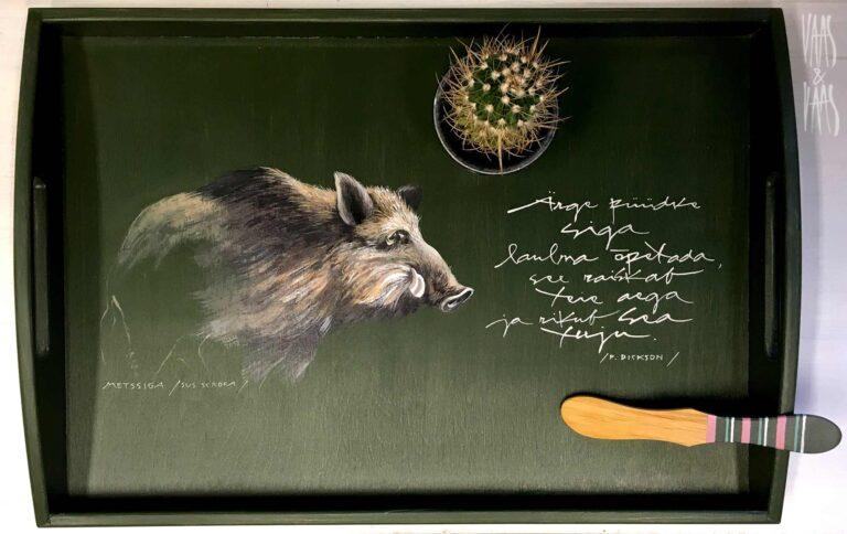 Metsseaga käsitsi maalitud puidust kandik