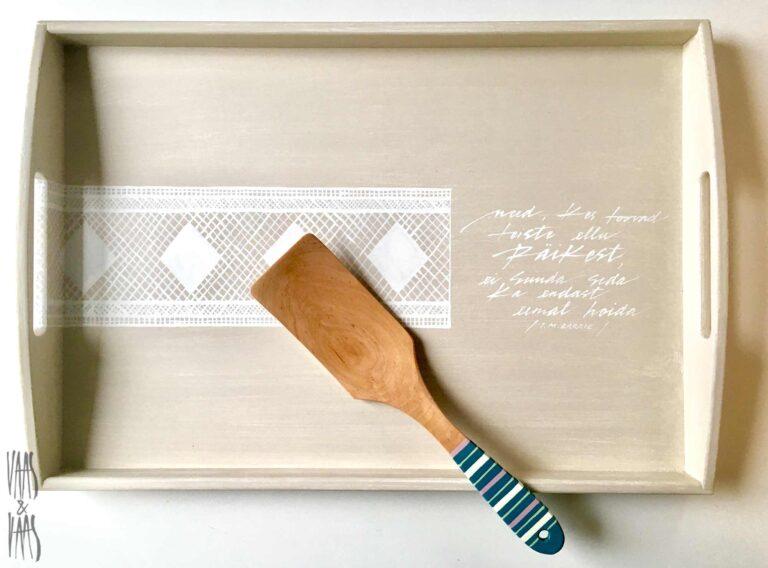 pitsimustriga beez käsitsi maalitud puidust kandik