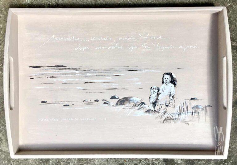 meremotiiviga käsitsi maalitud puidust kandik