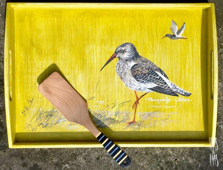 linnuga käsitsi maalitud puidust kandik