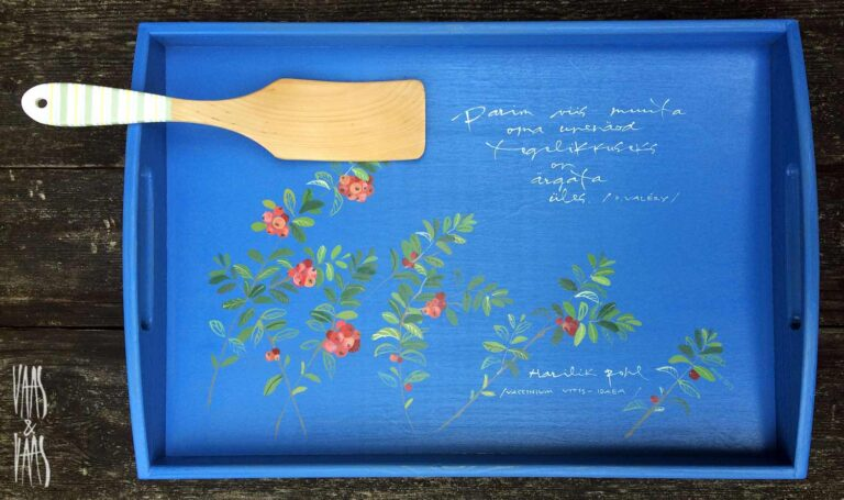 pohladega sinine käsitsi maalitud puidust kandik