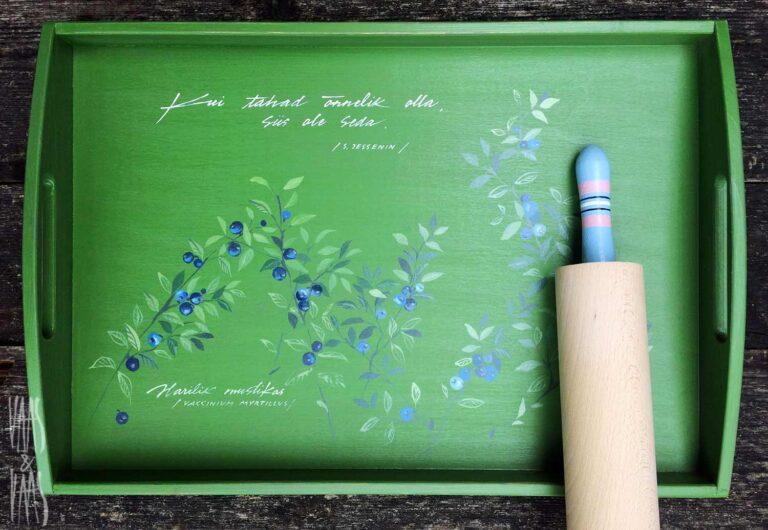mustikatega roheline käsitsi maalitud puidust kandik