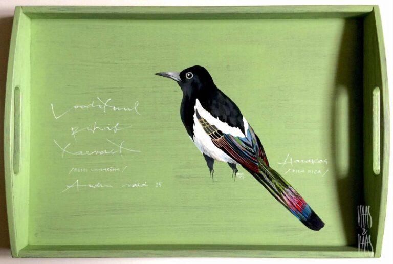 Harakaga käsitsi maalitud puidust kandik
