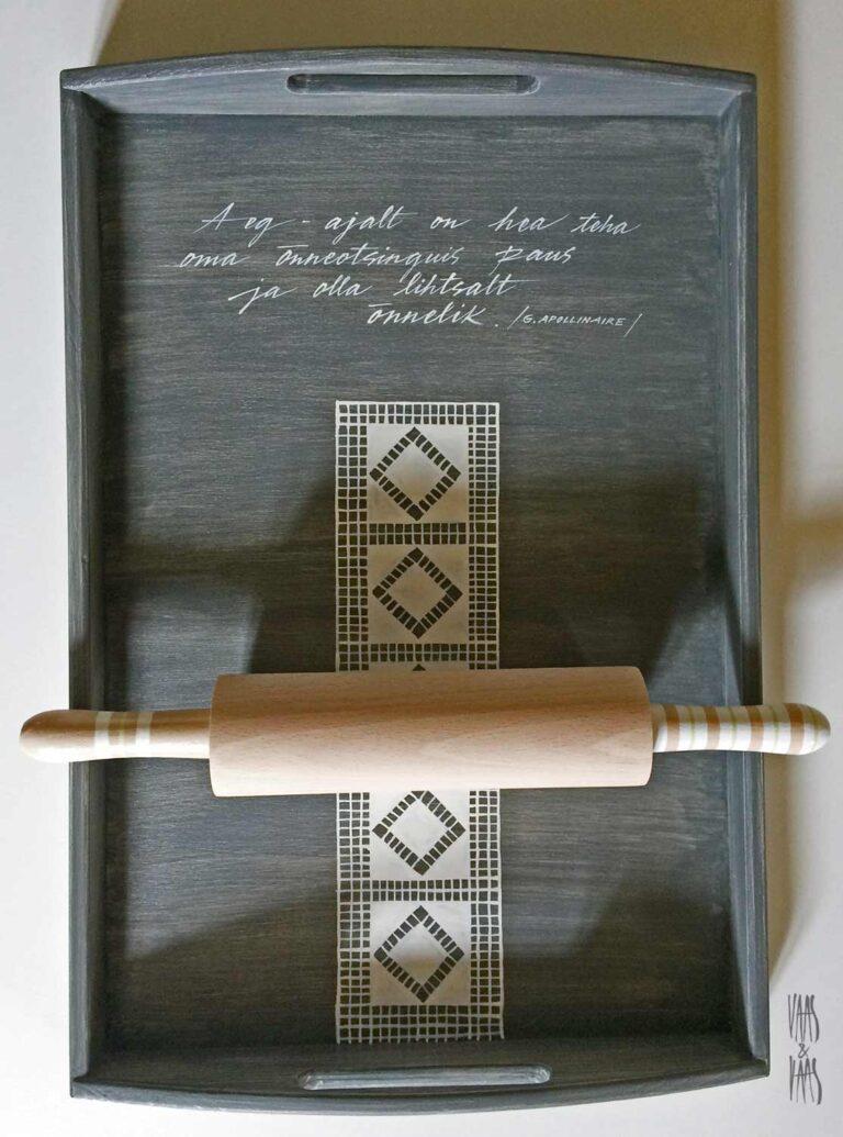 pitsimustriga tumehall käsitsi maalitud puidust kandik