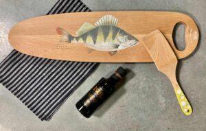 käsitsi maalitud puidust kalaliud linane köögirätik ja oliivõli